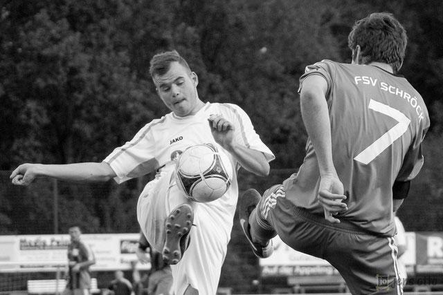 """Im Zweikampf um den Ball Schröcks Kapitän Fabian Feußner und Mardorfs Jens Schick. Diese Bilderserie widmen wir unserem verstorbenen Mannschaftsbetreuer Erwin """"Pablo"""" Nau."""