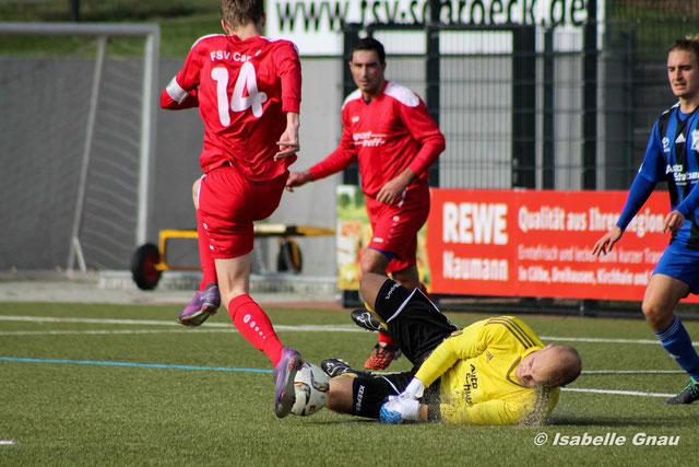Starker Rückhalt beim FSV Schröck, Jonas Wagner klärt gegen Cappels Kapitän Yannik Pohl