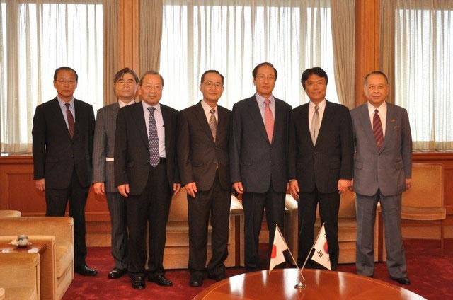 写真左から、5人目が韓日親善協会中央会の辛(シン)副会長、6人目が小川知事