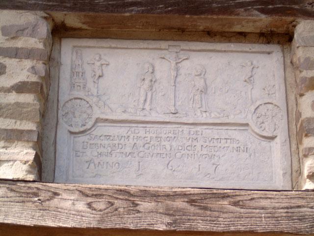 Inschrift über dem Heiligenhäuschen. Quelle: Wikipedia, Urheber: Tirkon (GNU-Lizenz)