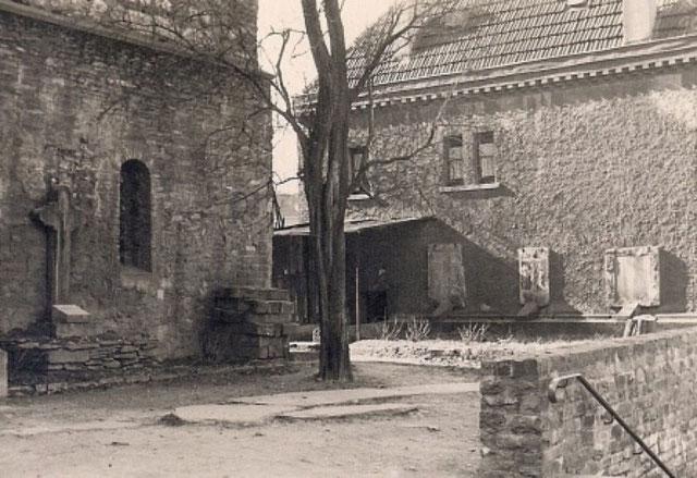 Epitaph (Grabdenkmal/Grabinschrift) an dem Kirchenvorplatz der Kath. Pfarrkirche zu Erkrath