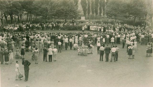 Heimholung der Glocken: Die Glocken treffen auf dem Marktplatz in Erkrath ein. Quelle: Bildarchiv Horst Osmann