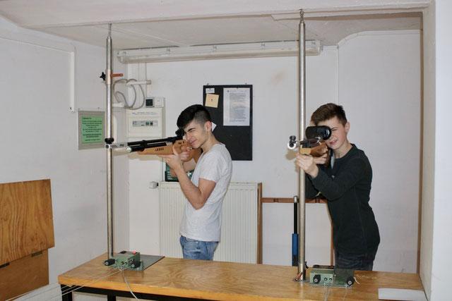 Jungschützen schießen auf dem Schießstand.