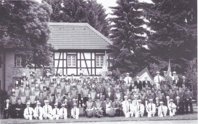 Die Bruderschaft im Jahr 2000. Quelle: Festschrift zur Kreuzaufstellung.