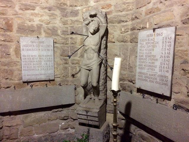 Statue des heiligen Sebastianus neben der Pfarrkirche St. Johannes der Täufer. Bild: Peter Adelskamp