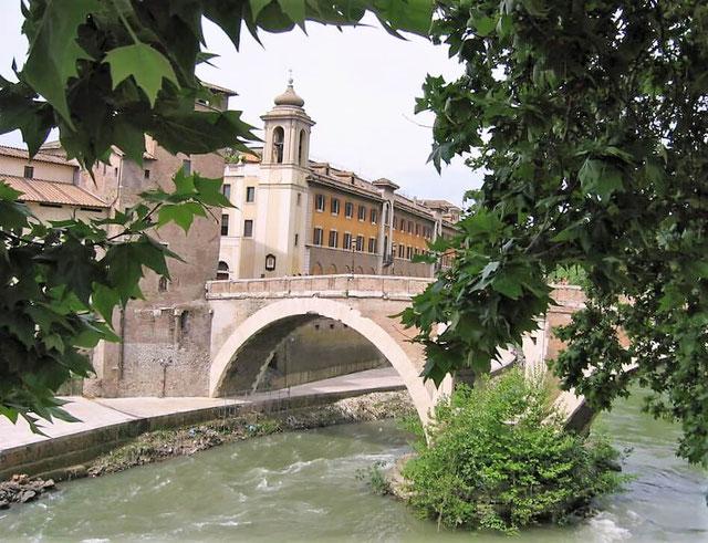 Островок Тиберина в Риме, мост Фабриция, фото