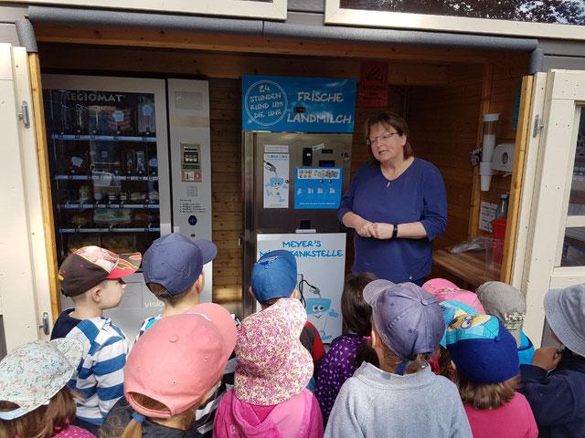 Besuch des Wittorfer Kindergartens bei der Milchtankstelle in Jeddingen