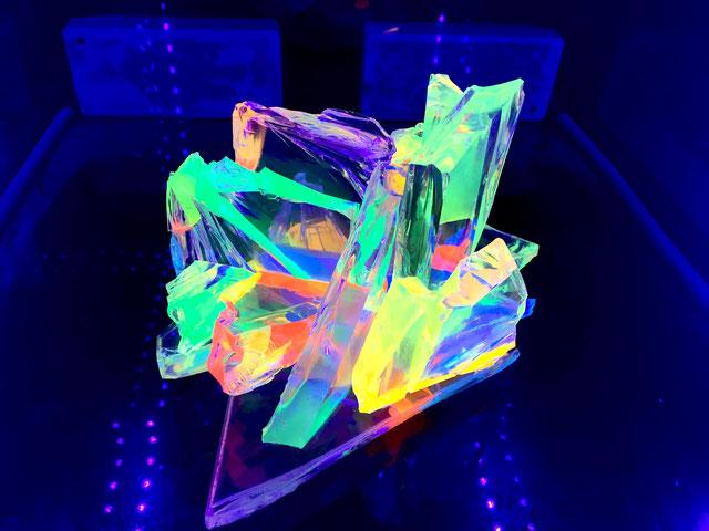 Sculpture à lumière noire, verre brisé transparent, résines fluorescentes 15x20x20cm