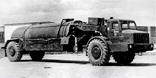 МоАЗ-529Е в составе самоходного заправщика. 1963 год.