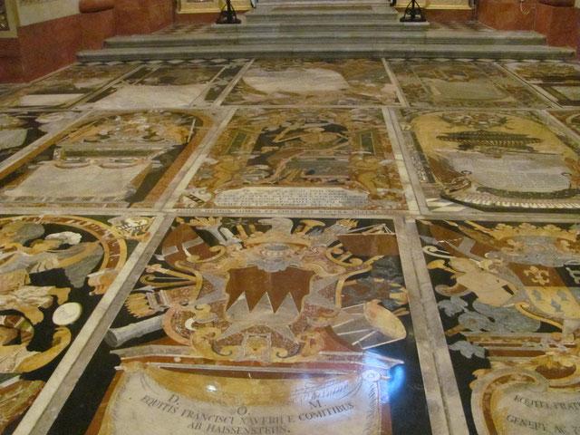 Au sol, les tombes d'importants Chevaliers