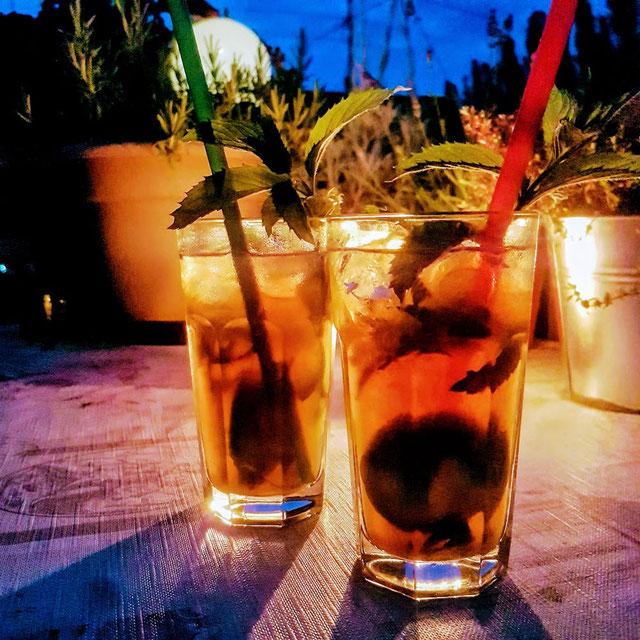 Mojito-Cocktail in Gläsern an einem Sommerabend auf der