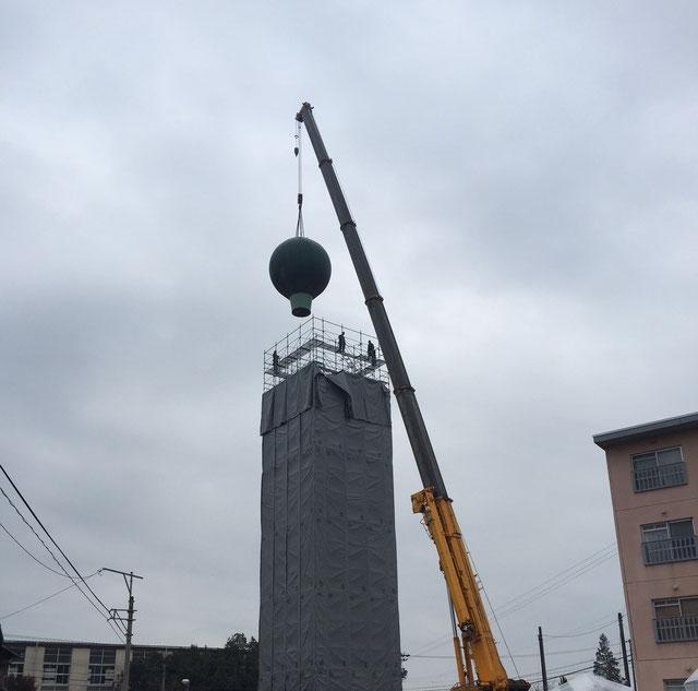 多治見市にて 高さ32m、直径5mもある給水施設の球体を130tオールターで吊っています!