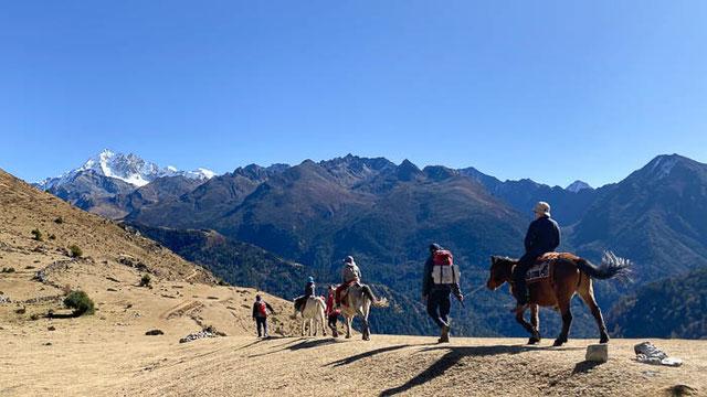 Thomas Zwahlen plus Familie auf dem Weg Richtung Masagang in Bhutan