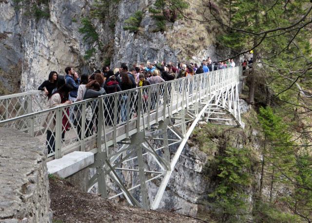 Bavarijos karalius Liudvikas II pakeitė medines tiltelio per gilų Pollät tarpeklį metalinėmis