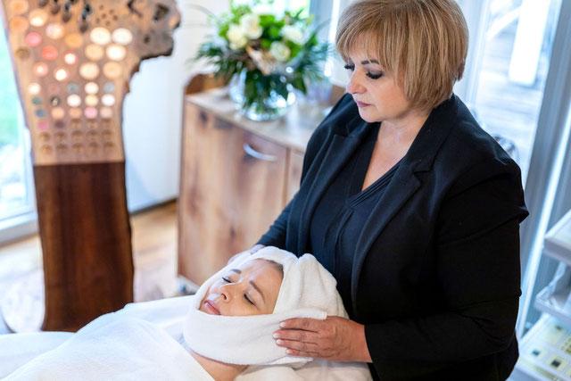 Frau Weigl mit Kundin während Gesichtsbehandlung