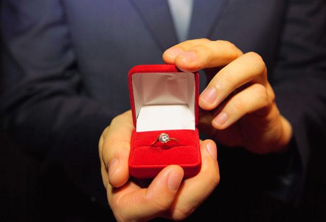 なぜ婚約指輪は給料の3か月分といわれるようになったのか?その真相に迫る