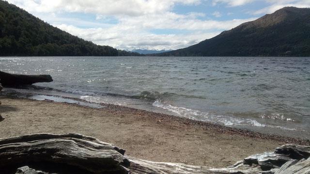Vue sur le lac et les montagnes (tout au fond) à la fin de notre trek