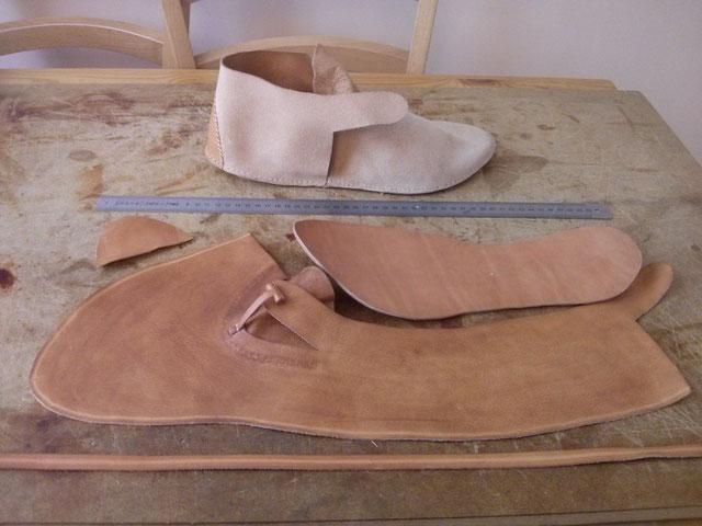 Les différentes pièces avant couture. En haut, une chaussure avant retournement.