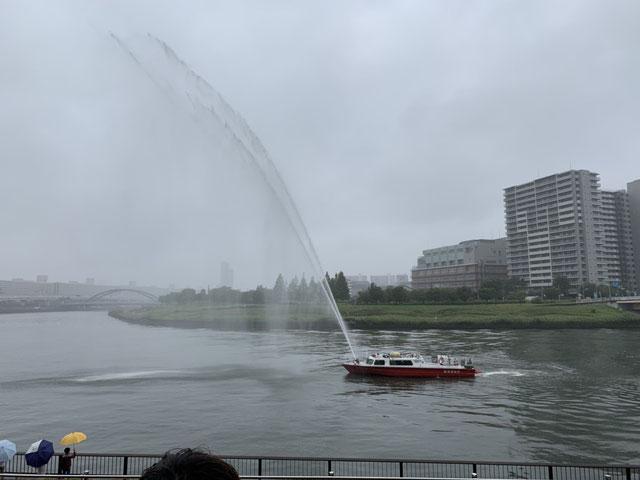隅田川の消防艇から放水