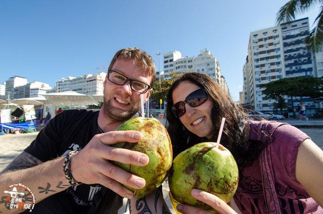 Brasilien - Südamerika - Motorrad - Weltreise - Rio de Janeiro - Kokosnuss schlürfen an der welt-berühmten Copacabana