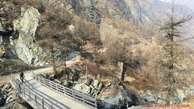 Attraversiamo il ponte che ci separa dalla Conca del Pra