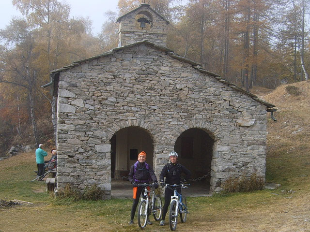 Giunti al Colle Bione troviamo ad attenderci una temperatura invernale condita da umidità al 200%...