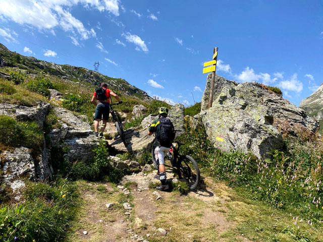 Dal Rifugio si imbocca il single track in direzione colle del Petit Moncenis , ..... qualche passaggio a  mano