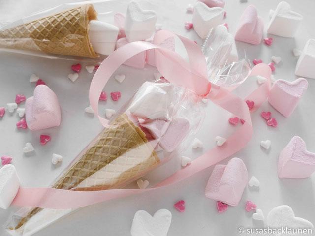 Eiswaffeln mit Marshmallowherzen