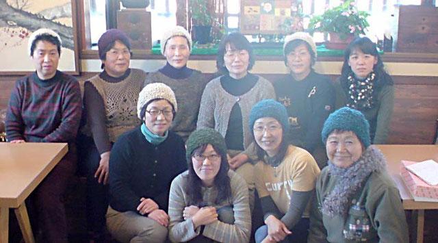 昨年はみんなでモコモコ暖かい帽子を編みました。