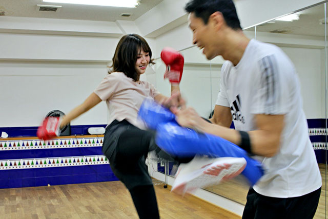 元キックボクシング日本王者の指導で、本格的なキックボクシングの動きを実践