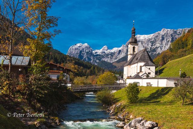 Landschaftlich idyllisch gelegene Kirche St Sebastian an der Ramsauer Ache. Ramsau bei Berchtesgaden ist eine Gemeinde im oberbayerischen Landkreis Berchtesgadener Land.