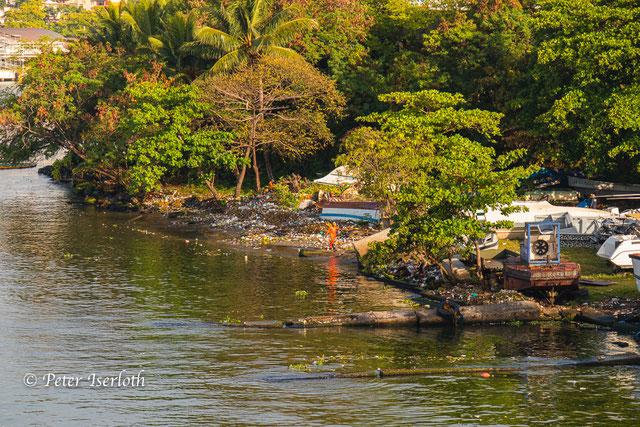 Dieses Foto zeigt große Mengen an Müll im Hafen von Santo Domingo, Müll der aus großen Teilen auch aus Plastik besteht, in unsere Ozeane treibt und verschmutzt.