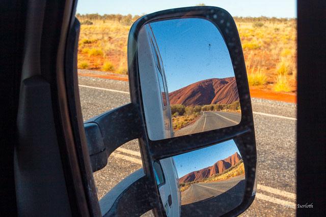 Es ist ein Rückspiegel auf einer Reise im Outback zu sehen, hier hat er die Bedeutung der Rücksichtnahme, in Bezug zu unseren Mitmenschen, aber im Besonderem zu unserer Natur.