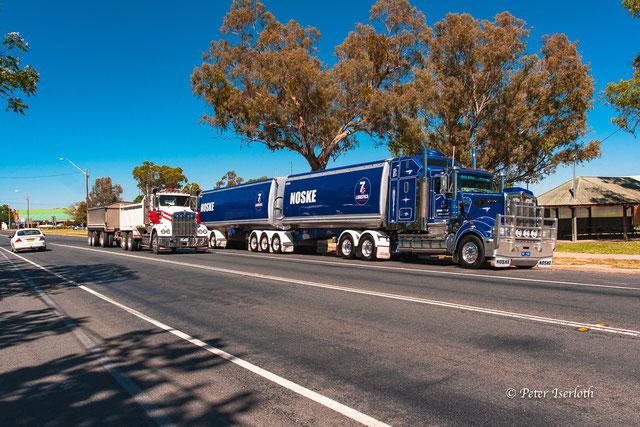 Das Foto zeigt zwei mächtige Road Train, US - Trucks,  in Australien.