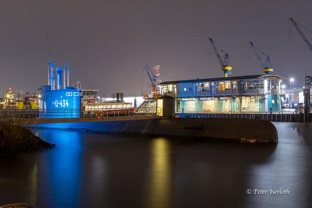 Available Light Foto mit russischem Museums U-Boot im Hamburger Hafen, dass abends blau angestrahlt wird.