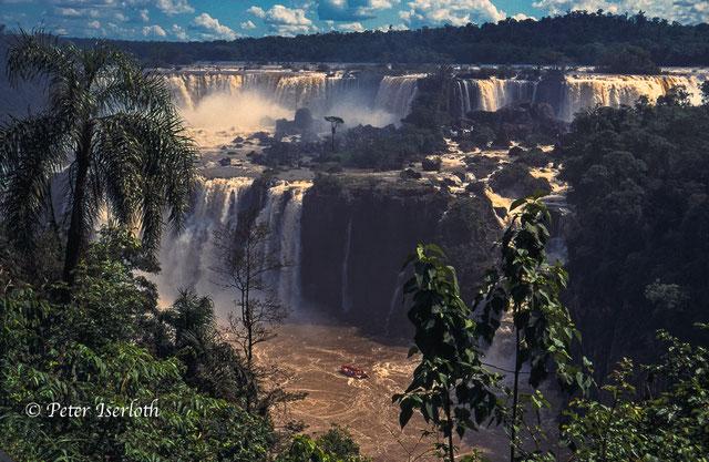 Auf der Fotografie ist ein Teil der Wasserfälle des Iguacu zu sehen, es ist der mittlere Teil mit zwei Fallstufen.