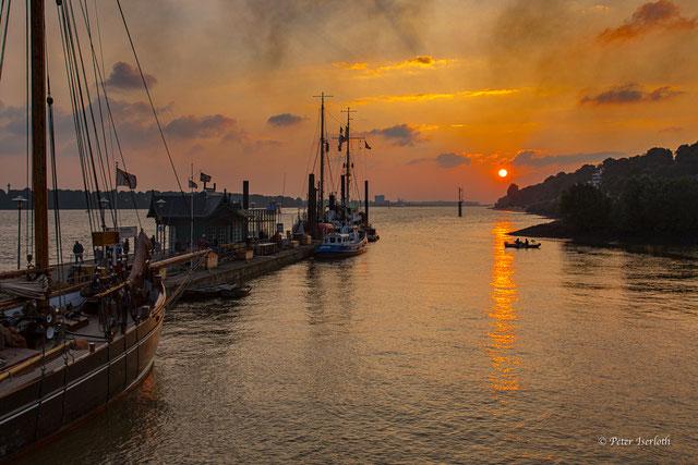 Blick die Elbe runter, von Övelgönne mit Museumshafen, zur untergehenden Sonne.