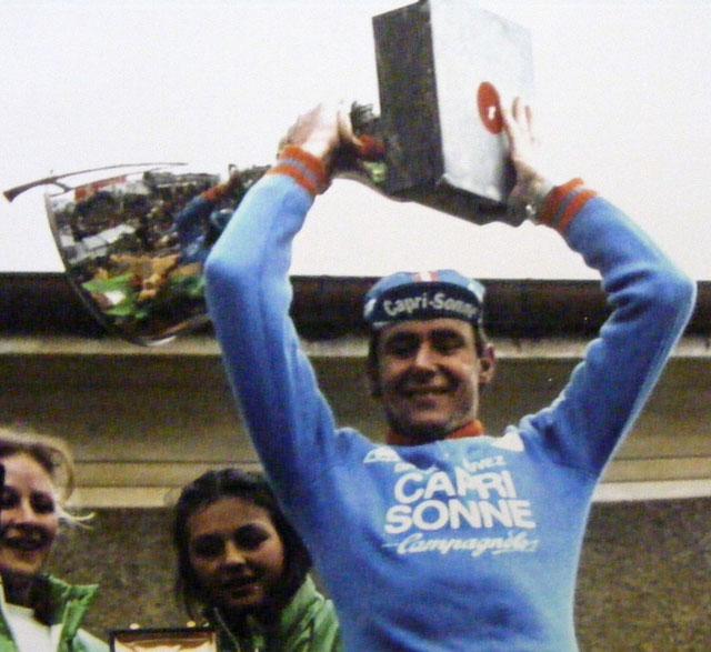 Il vincitore Theo De Rooy sul podio alza la coppa.