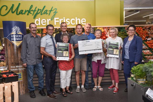 Foto:  Die NABU-Ortsgruppe freut sich über einen Preis, verliehen in der Edeka-Filiale in Waldenbuch.  © EDEKA Südwest