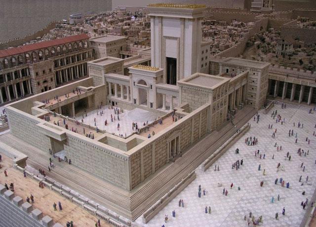 Au 1er siècle av J-C, Hérode entreprend des extensions massives à partir du second Temple de Jérusalem. Le Temple d'Hérode comprend 4 cours ou parvis successifs: la cour des gentils ou non-Juifs, la cour des femmes, la cour d'Israël, la cour des prêtres.