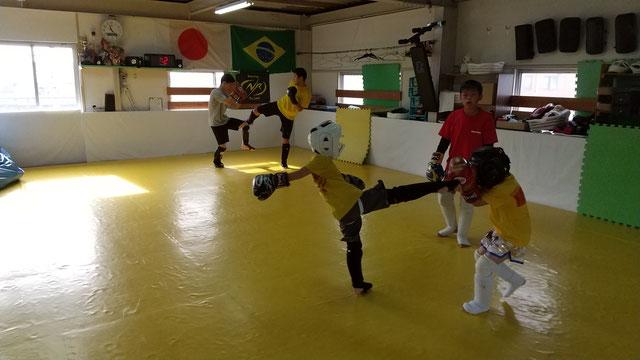 teamYAMATO奈良新大宮支部のキックボクシング練習も人数が増えてきました。生駒市、京都、大和郡山市からも近いです。
