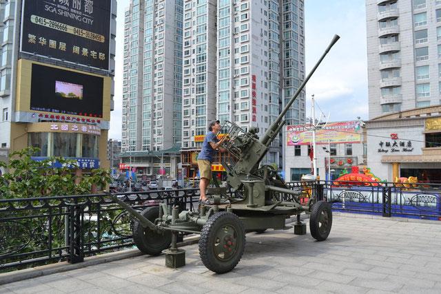 北朝鮮との国境近くにある実際に使用された兵器の模型です。