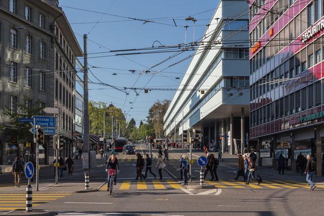 """Die Länggassstrasse, von unten, also vom Bubenbergplatz aus gesehen, links die """"Welle"""" zum Bahnhof."""