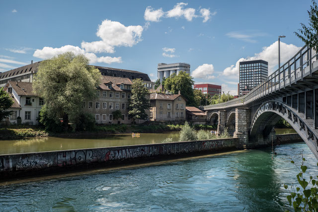 Die frühere Eisenbahnbrücke rechts wird heute von Fussgängern und Radfahrern benutzt.