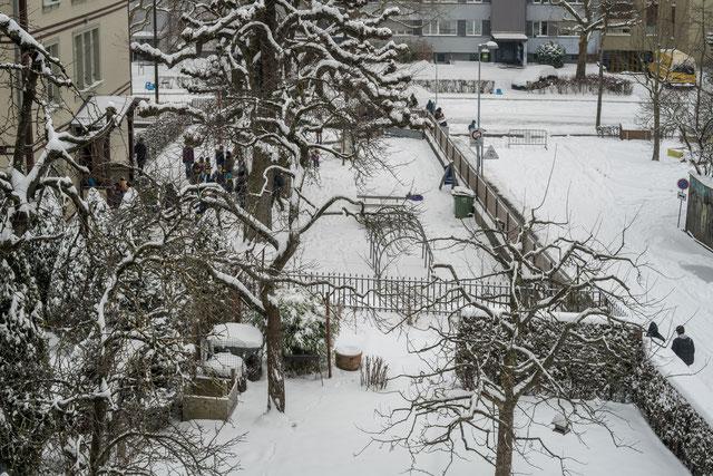 Die Schule ist aus. 1. März 2018, a7riii mit Loxia 50 mm. Rechts der für den Verkehr gesperrte Ralligweg.