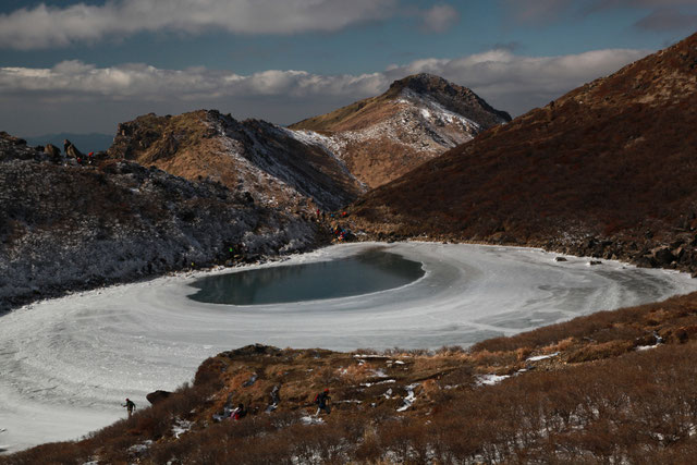 御池と星生山(後方)