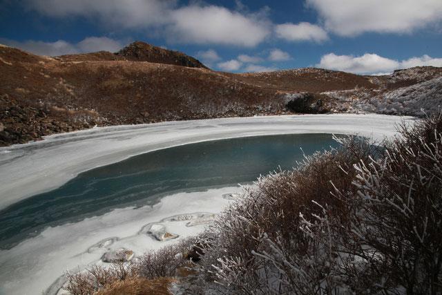 凍った御池と中岳(左奥)