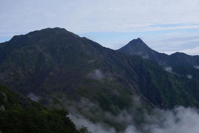 間ノ岳(左手前)と北岳(右奥)