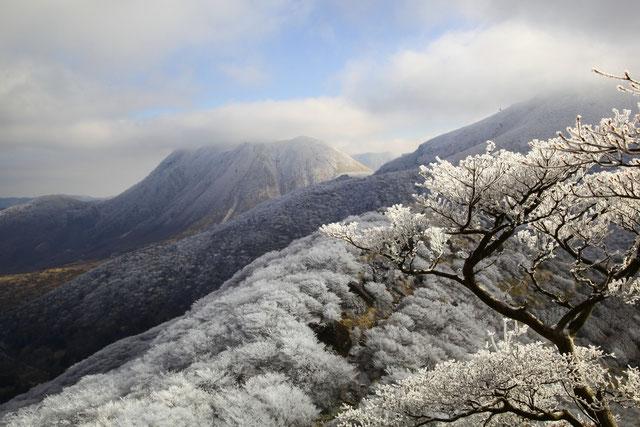 沓掛山より三俣山を望む