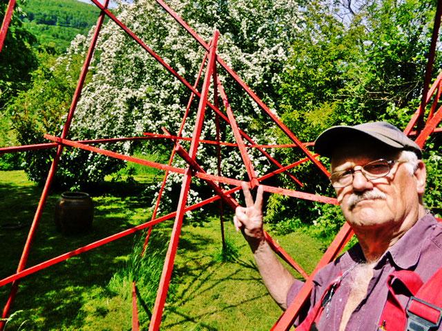 Pedro Meier – Mikado Skulptur in ROT – 2015 – Atelier-Garten – Gerhard Meier-Weg Niederbipp alias Amrain – »Selfie-Art-Project« – Pedro Meier Multimedia Artist – PhotoArt – DiaryArt, FLUXUS DADA, Visarte, SIKART Zürich – Atelier: Bangkok Golf von Thailand
